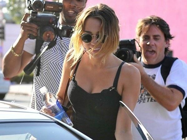 ab6267516b32f1b252518cc8a1c8e158 - Miley Cyrus, sin bragas