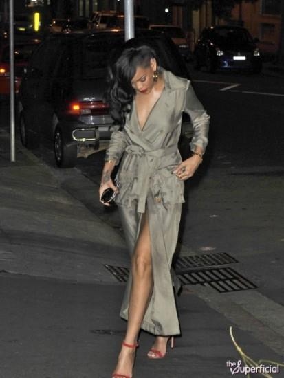 riana 1 - Rihanna salió a cenar desnuda