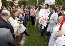 e533c4b8d2d2d3798f3271c35ca6e050 - Un grupo de jóvenes científicos increpa a Carmen Vela por los recortes