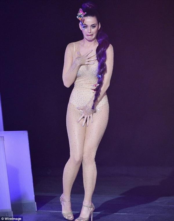 kati2 - Katy Perry se incómodo con su vestuario durante una entrega de premios