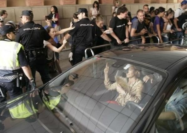 3de77962d019bc1159ce3deeb151a598 - Resultados del PP: Cargas policiales contra niños, mayores, aplausos a los recortes y Fabra ahora hace un corte de mangas a los ciudadanos