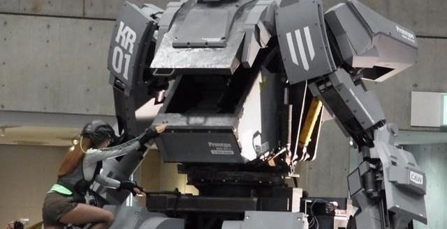 4760fd3bbb0f862a2ee9d774e7d0cfe9 - Robot Mecha armado que dispara al sonreír