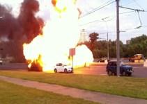 7d9e9f9ae651e70367ceb02497582222 - Cámara capta como una furgoneta se incendia y explota en Rusia