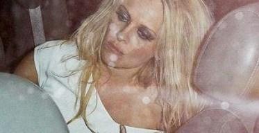 e908c559c194ad80b93668a33479ef72 - Otra noche de alcohol de Pamela Anderson