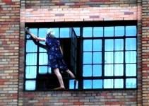 3d0223fe058256f9567f62217dd299ae - Anciana limpiando ventanas a decenas de metros de altura
