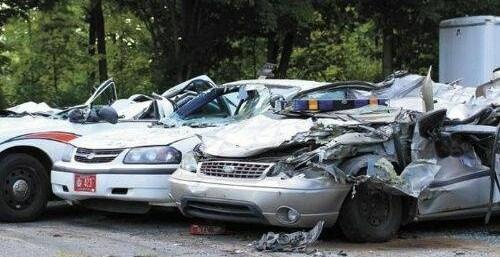 1217775d545a22a59038b9e66093688c - Se venga de la policía destrozando 7 coches patrulla con un tractor