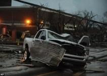 72c467482339fb1363b4c01596c51a1f - #Videos un fuerte tornado destroza a su paso edificios, árboles y coches en EE.UU.