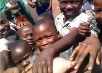 3d5d61eb7a826bf5aedbbcc91eb5ac74 - #Vídeo Cómo reaccionan niños del Congo al ver un hombre blanco por primera vez