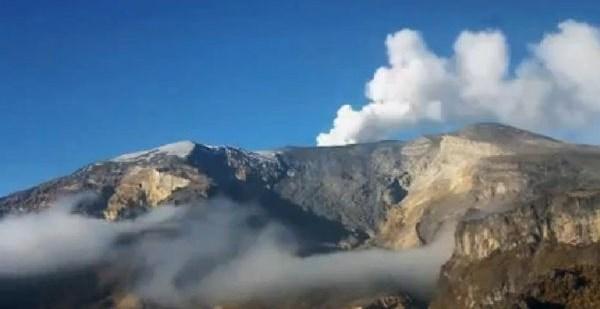 606e6e3630221a2696f7cb8552514a37 - #Video Ovni recarga energia en un volcan de Colombia