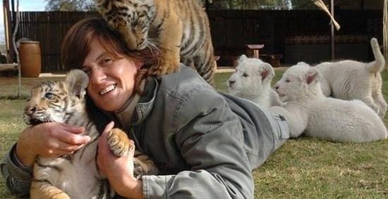 bf1d99f55c1e5372caa2fe2f3c8ad151 - Riana Van Nieuwenhuizen vive, duerme y juega cartas con su ejercito de felinos