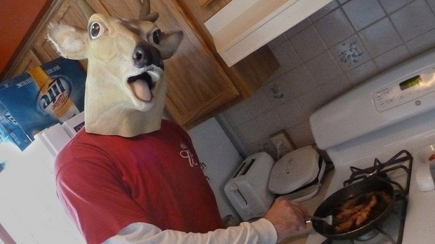 8e4ab90d0a55b1137b644422c23bd7d2 - Un hombre lleva cinco años usando una máscara de ciervo