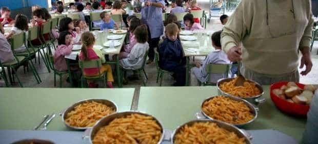 Niños comiendo en el comedor de caritas