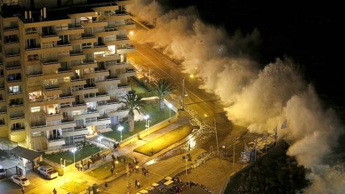 Calles anegadas, locales comerciales destruidos y autos volcados y arrastrados por el oleaje conforman un desolador panorama en la costa chilena.