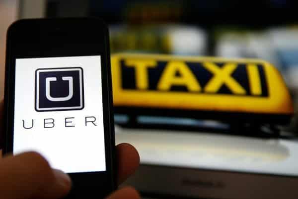 bf56f9cd52798b66b376c360f1a12669 - Llama un taxi a través de Uber y llega un furgón con solo dos sillas de madera en su interior
