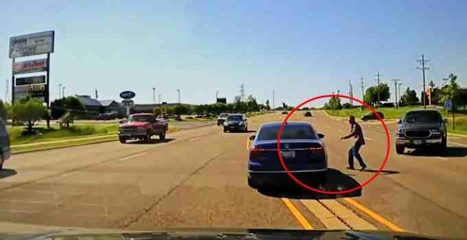 d08730e7337499c1bb8589adf93265ac - #Video Se mete por la ventana de un coche para salvar al conductor que sufría convulsiones
