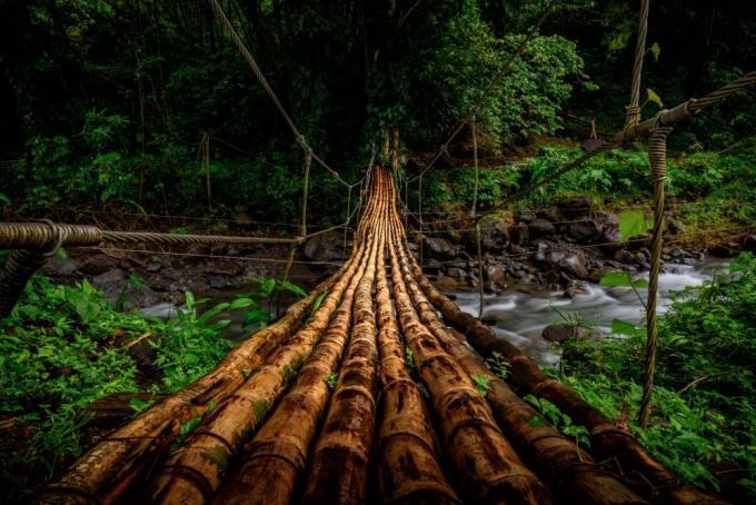 puente 7 300x200 - Los 10 puentes  peligrosos e increíbles del mundo