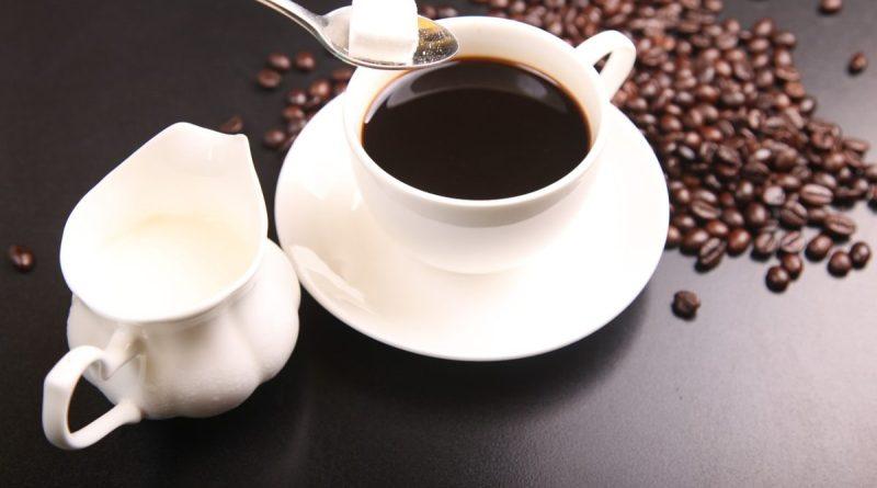 Taza con Café Y cucharilla con terrón de azúcar