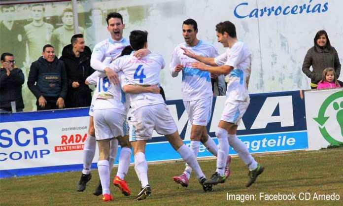 Varios jugadores celebran el gol de Trincado