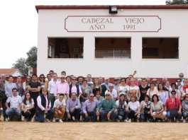 Socios del Club Taurino de Arnedo en la plaza de tientas de la ganadería José Cruz