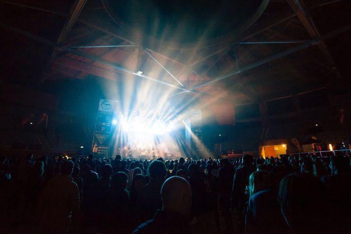 El público ante el escenario principal del Fárdelej en el Arnedo Arena