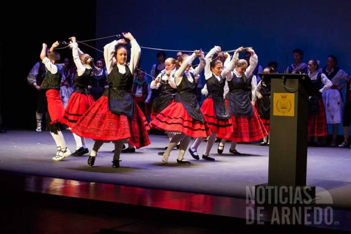 El grupo de Danzas y Jotas de Arnedo sobre el escenario del Teatro Cervantes