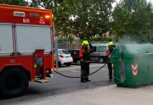 Bomberos del CEIS Rioja apagando un contenedor | Imagen de Igor E.