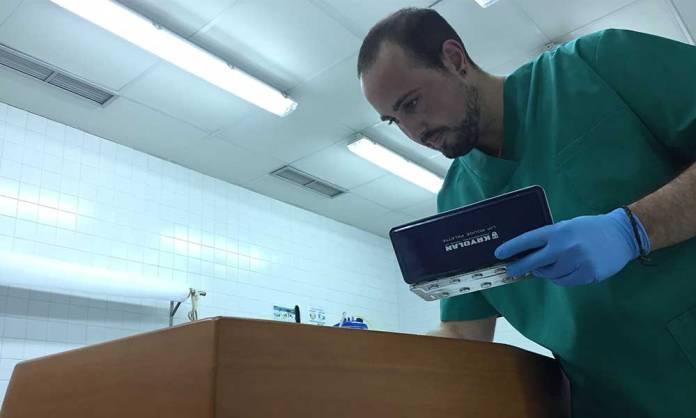 Jorge Celorrio, realizando labores de cuidados estéticos