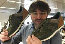 Jordi Évole muestra sus zapatillas personalizadas | Imagen: IES Virgen de Vico