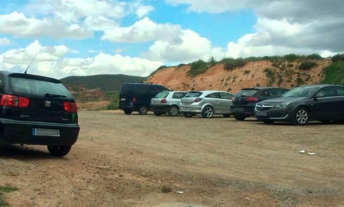 Vehículos estacionados a medio día en la Era de la Peña Logroño de Arnedo