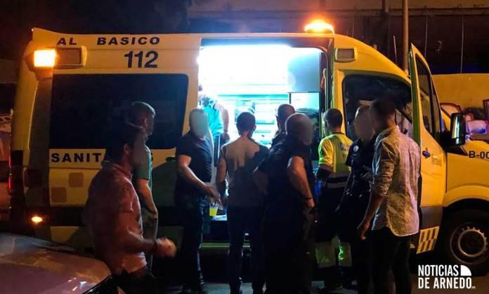 El herido es asistido en la ambulancia