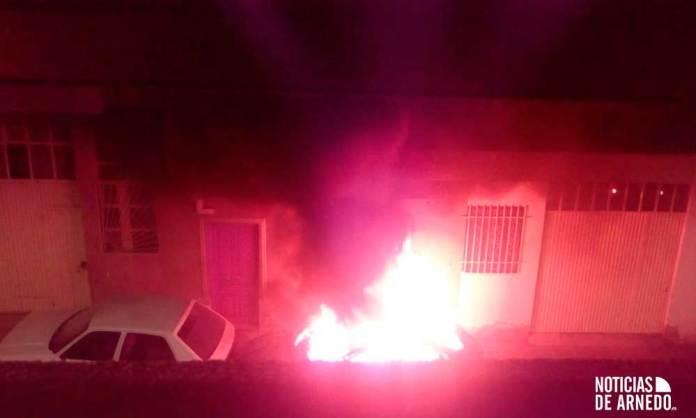 Vehículo ardiendo en calle Fueros de Arnedo