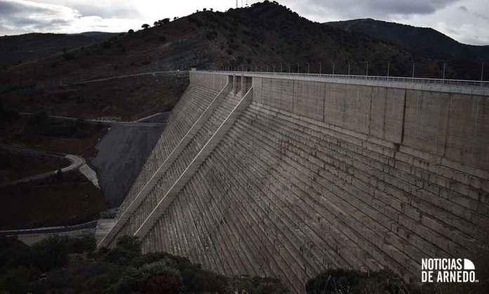 La presa de Enciso (La Rioja) supera los cien metros de altura