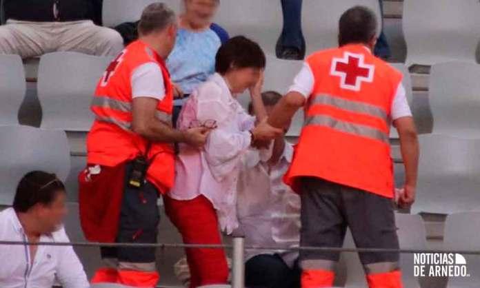Voluntarios de Cruz Roja acompañan a la espectadora al punto de asistencia del