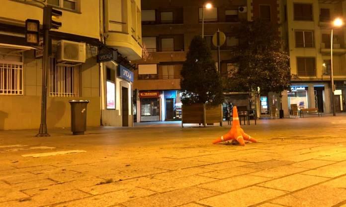 Un cono vial señaliza la zona donde se encontraba el semáforo derribado