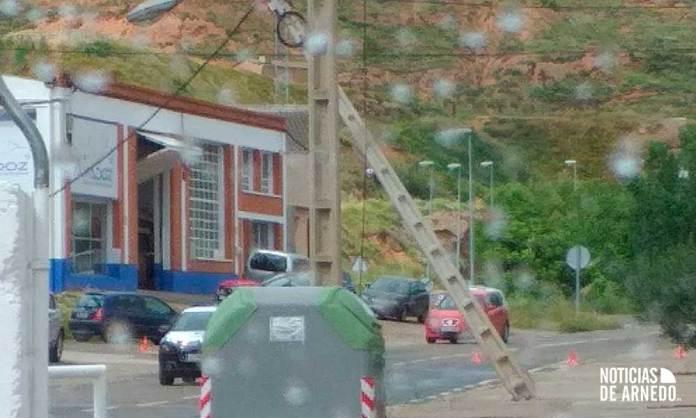 Riesgo de caída de un poste eléctrico en Avenida de Logroño de Arnedo (D.M.)