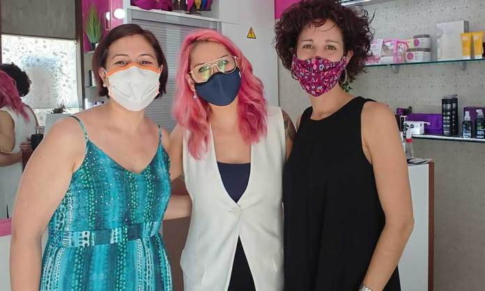 Natalia Otegui, de Fucsia, acompañada por dos profesionales sanitarias