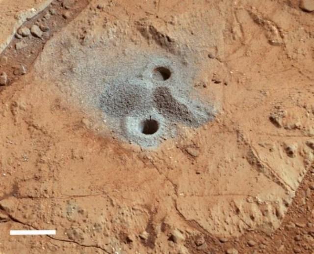 Agujero, con un diámetro de 1,6 centímetros, practicado sobre roca. Las vetas de tonos claros han sido identificadas como sulfatos. (Foto: NASA / University of Leicester / Open University)