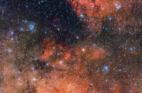 El puñado de brillantes estrellas azules que pueden ver en la parte superior izquierda de esta inmensa fotografía de 615 megapíxeles de ESO es el laboratorio cósmico perfecto para estudiar la vida y la muerte de las estrellas. Conocido como Messier 18, este cúmulo estelar abierto contiene estrellas que se formaron juntas a partir de la misma nube masiva de gas y polvo. Esta imagen fue captada por la cámara OmegaCAM, instalada en el telescopio de rastreo VST (VLT Survey Telescope), en el Observatorio Paranal de ESO, en Chile. (Crédito: ESO)