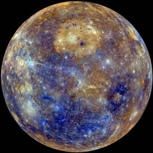 Imagen con colores realzados de Mercurio. El depósito brillante y circular en la parte central superior de la fotografía es un depósito volcánico efusivo enorme, situado dentro del mayor cráter de impacto en el planeta, la cuenca Caloris. (Foto: NASA/Johns Hopkins Applied Physics Lab/Carnegie Institution of Washington)