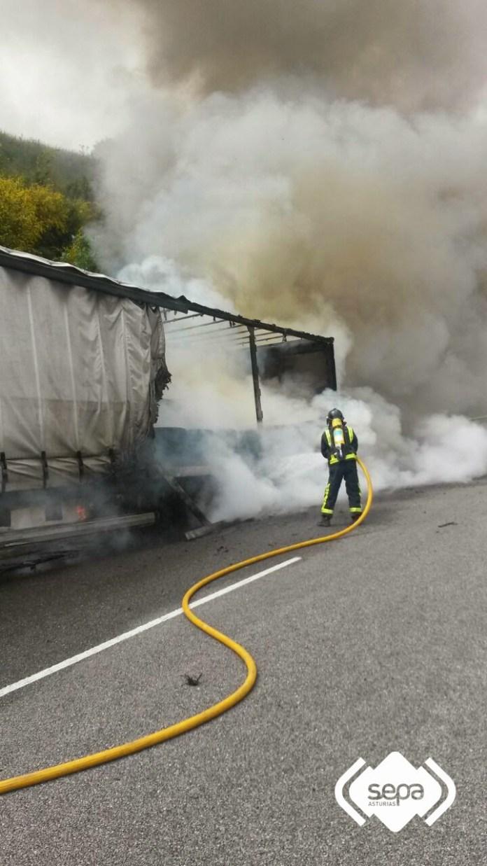 Arde un camión en la Autovía del Cantábrico, en Cudillero 3