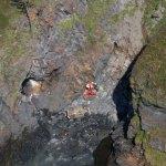 Un herido grave tras caer con su coche por un acantilado en Navia