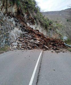 Nuevo desprendimiento en la carretera entre Cangas e Ibias 1