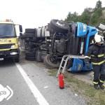 Un hombre y un niño de 8 años heridos al volcar un camión en Coaña
