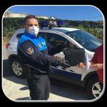 La Policía Local de Coaña reparte material a los escolares