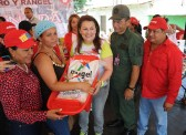 Entrega de canastillas por la primera dama Nidia de Rangel