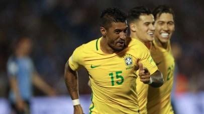 Paulinho comemora o seu segundo gol no confronto contra o Uruguai | Foto: GloboEsporte.com/ Reprodução