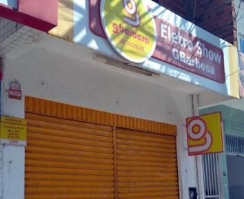 Loja da rede Gbarbosa de Queimadas foi fechada após assalto