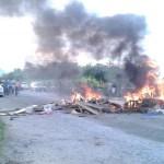 MANIFESTAÇÃO – Moradores bloqueiam ponte danificada na RJ-106 após chuva