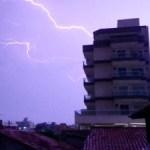 REGIÃO DOS LAGOS – Sequência de raios chama a atenção no céu da Região dos Lagos