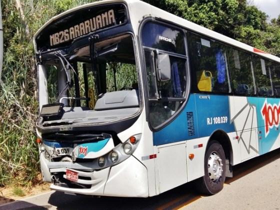 Dois ônibus colidiram na manhã desta segunda
